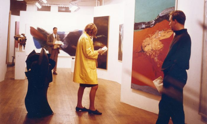 Alison en Peter Smithson. Painting & Sculpture of a Decade 54-64. Tentoonstelling in Tate Gallery, Londen, 1964. Kunstwerken: beeldhouwwerk Le Canonnier van Robert Müller; schilderij Red Ground van Rodrigo Moynihan. Foto Sandra Lousada. Smithson Family Collection.